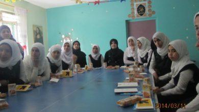 صورة ورش للشابات في المدارس حول الزواج المبكر