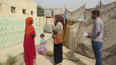 صورة كادر جمعية نساء بغداد يوزع مساعدات إنسانية للنازحات ببغداد